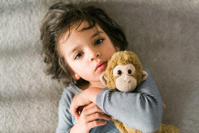 dziecko z maskotką
