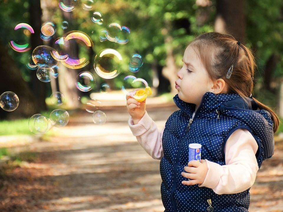 Dziewczynka puszcza bański mydlane