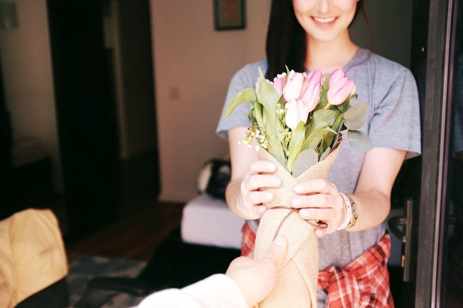 Dziewczyna dostaje tulipany