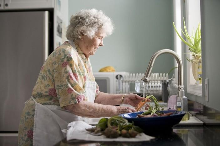 Babcia gotuje obiad