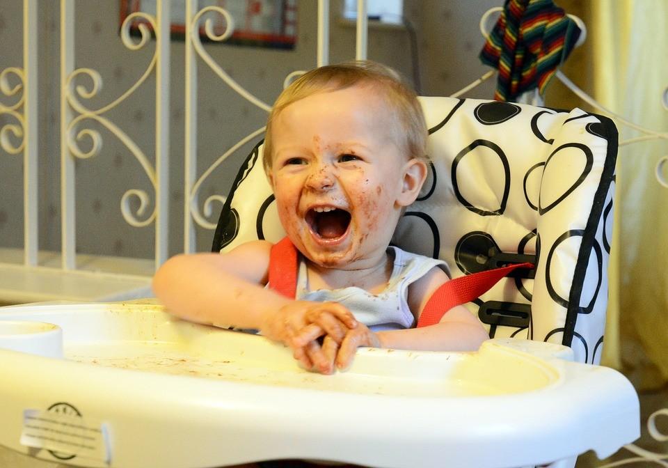 Maluszek podczas jedzenia