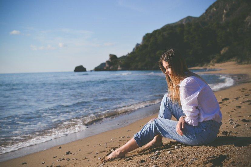 Kobieta siedzi na plaży