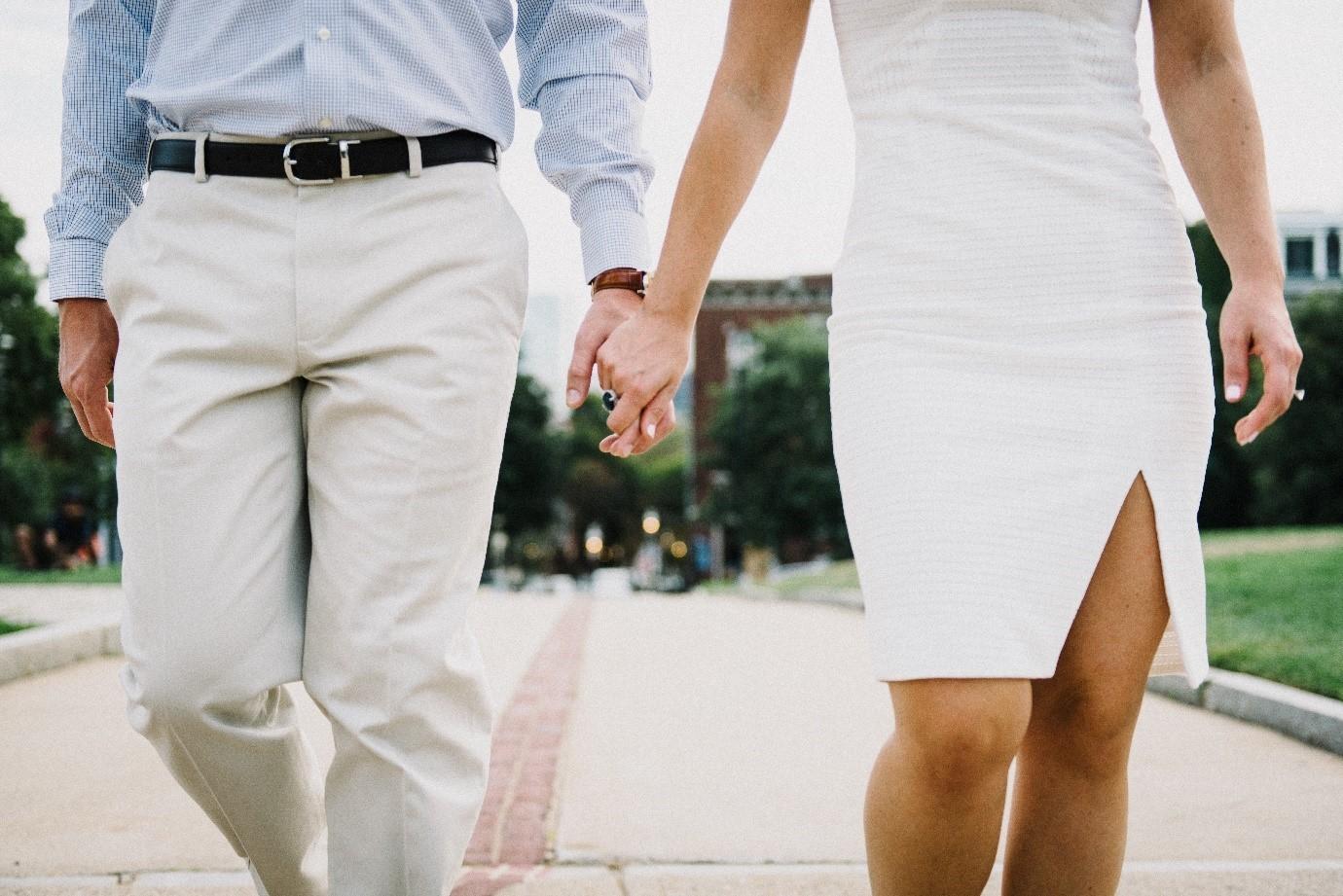 Kobieta imężczyzna trzymają się zaręce