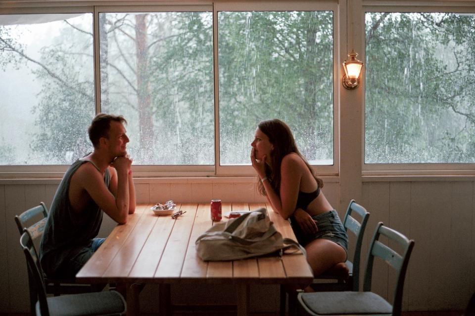 Para siedzi przy oknie