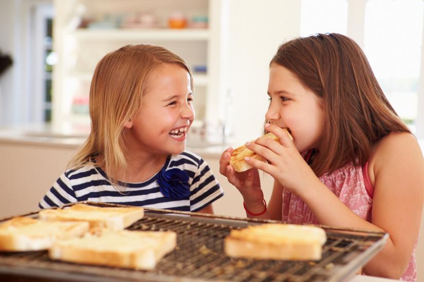Dziewczynki jedzą chleb