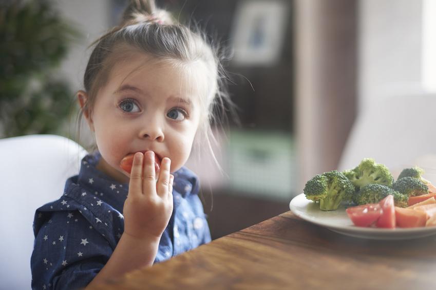 Dziewczynka jewarzywa iowoce