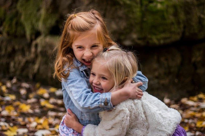 Dziewczynki jesienią w parku
