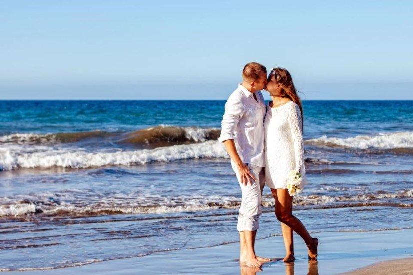 Para całuje się nad morzem