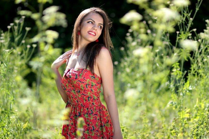 Kobieta wśród traw